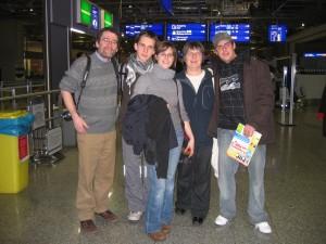 Meine biologische Familie und ich am Flughafen Frankfurt