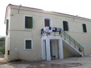Im oberen Stockwerk sind Frauen und Kinder untergebracht. Zur Zeit sind aber so viele in Pikpa, das einige andere Hütten auch für sie da sind und die Männer dafür im Freien schlafen.