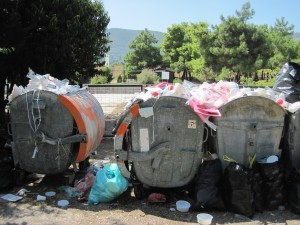 Bei sechshundert Leuten sammelt sich schnell Müll an. Die Flüchtlinge sammeln den Müll selbst ein.