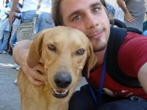 Ein Selfie mit einem der Hunde in Pikpa, der einem Hund bei Zelt der Völker sehr ähnlich sieht.